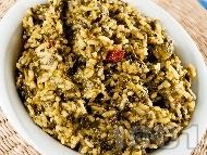 Задушен спанак с ориз, стафиди и пресен зелен лук